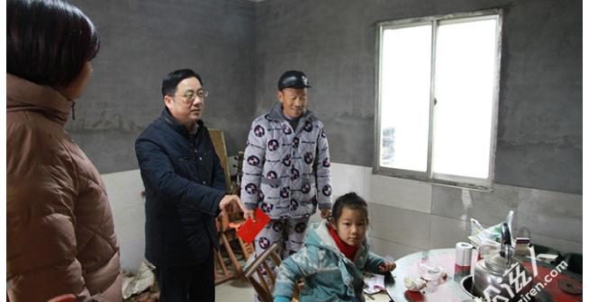 杨清澈为老城镇贫苦群众、孤寡老人送去生存